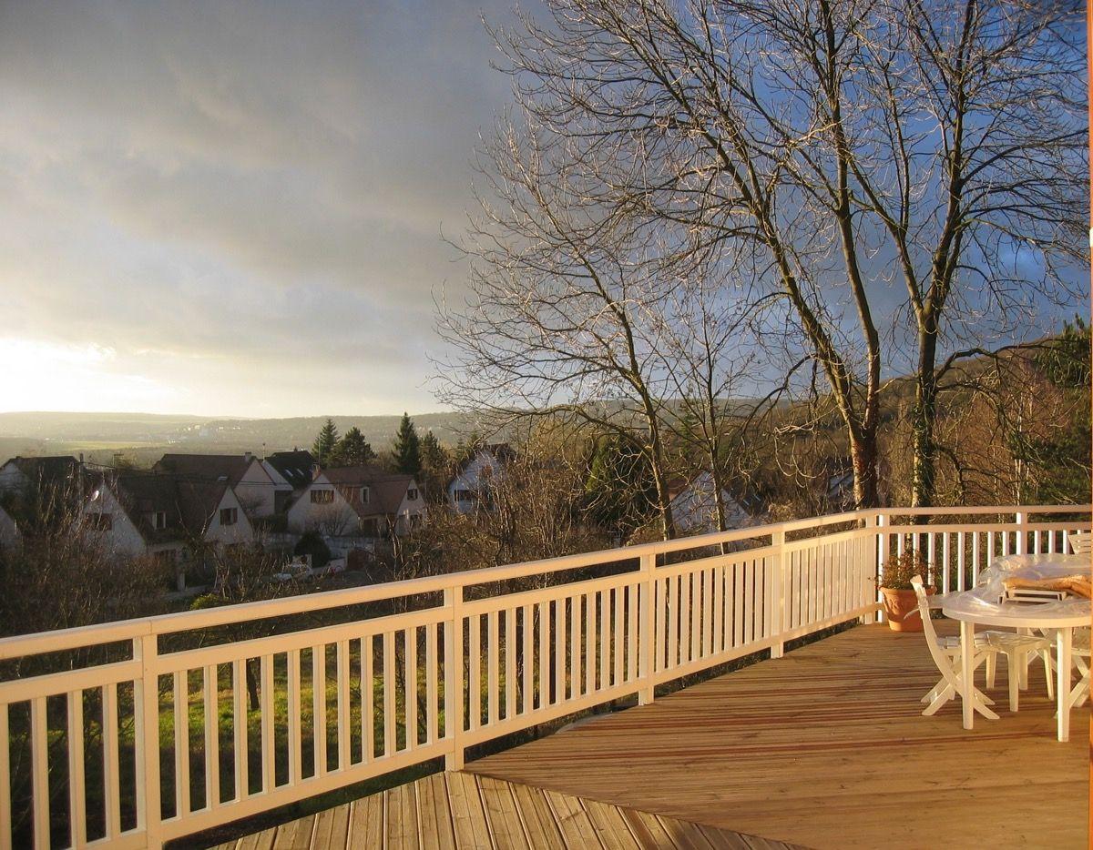 Terrasse en bois avec rambarde