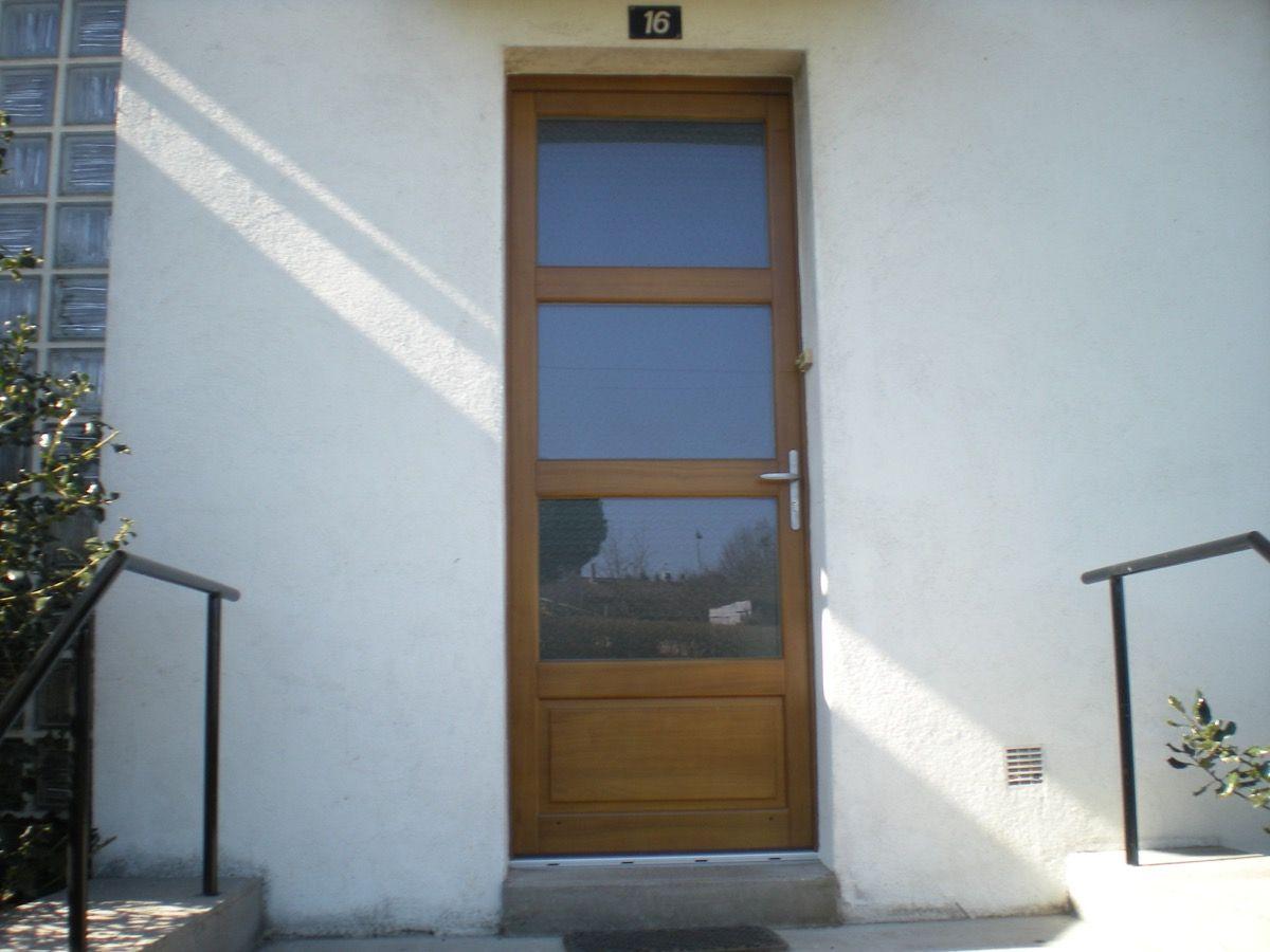 Porte en bois ancien avec trois vitres