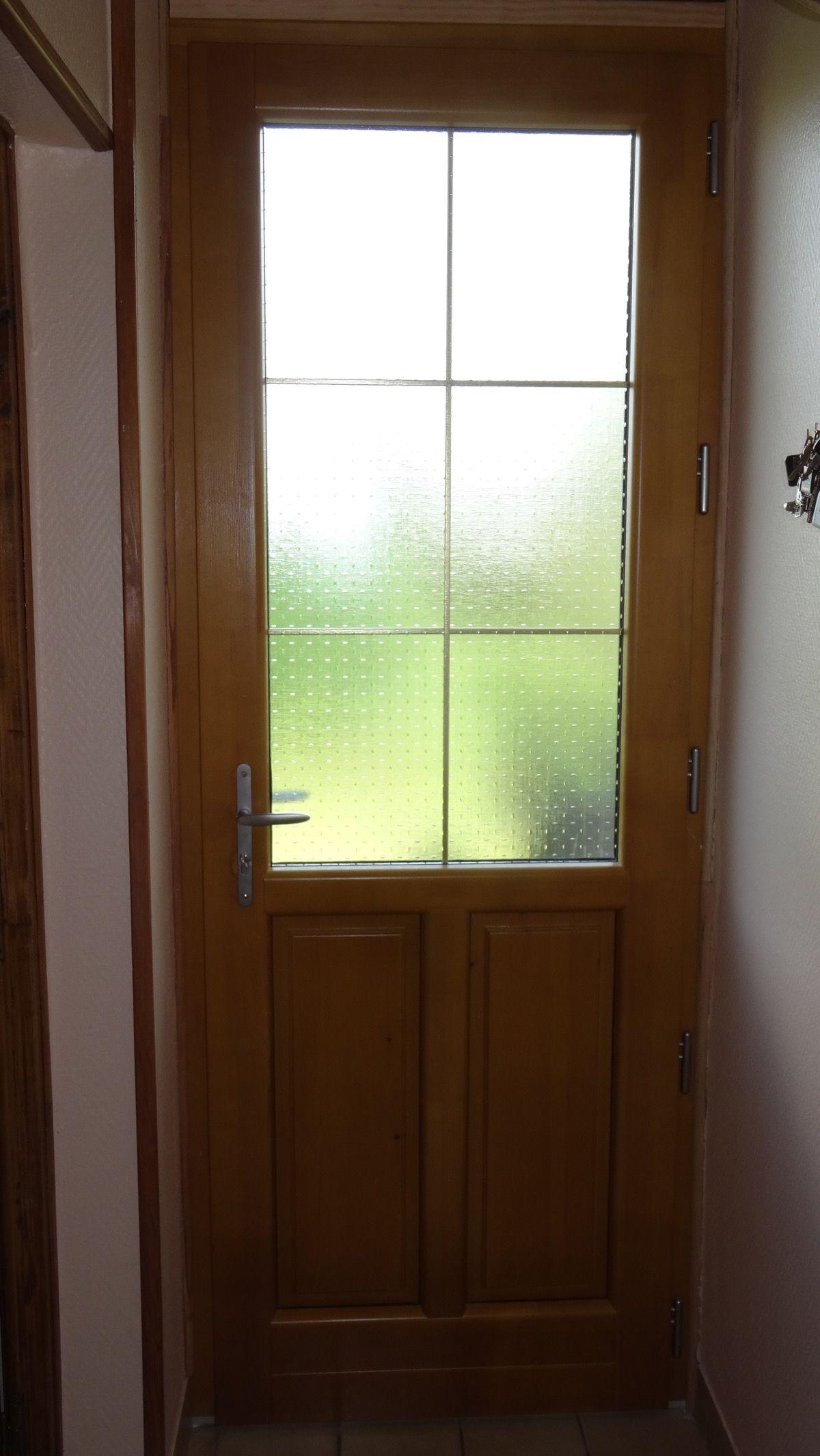 Porte en bois brut vitrée