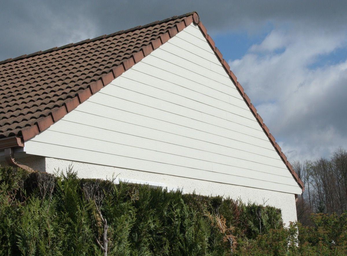Facade de maison en bois blanc