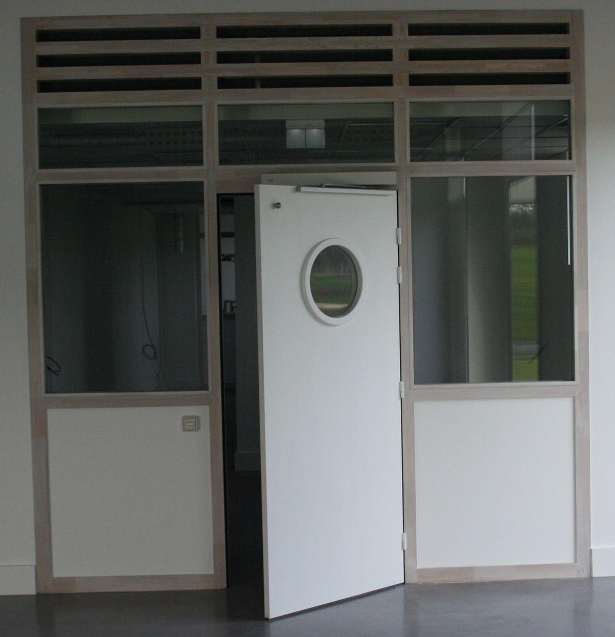 Porte intérieure en bois avec hublot